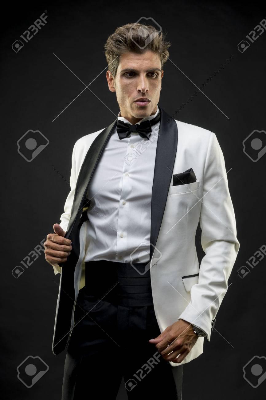 Feier, Elegant Und Gut Aussehende Mann Im Smoking Gekleidet Für ...