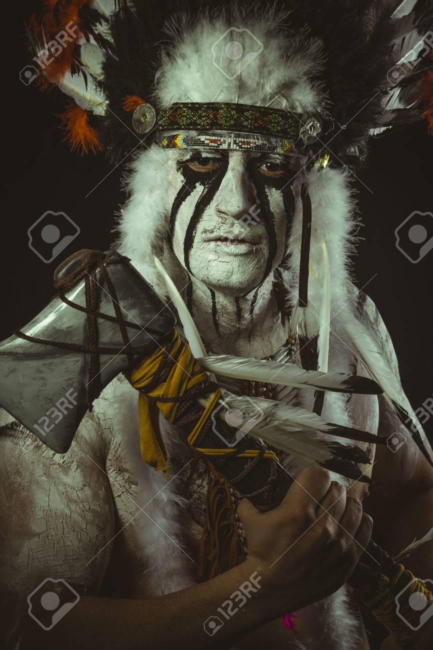 Autochtone Indien Americain Avec Plume De Plumes Hache Et Peintures De Guerre Banque D Images Et Photos Libres De Droits Image 80490313