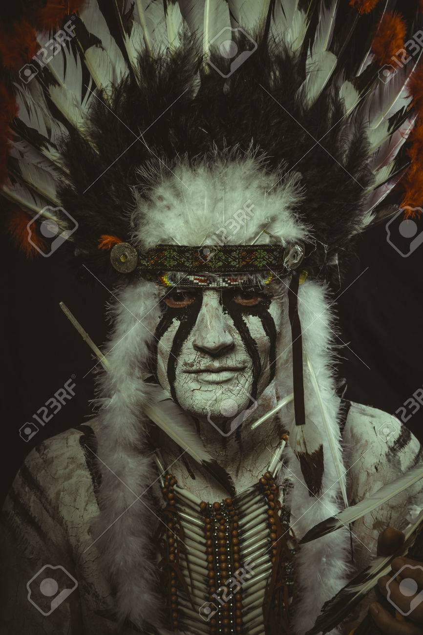 Costume Aborigene Amerindien Avec Panache De Plumes Hache Et Peintures De Guerre Banque D Images Et Photos Libres De Droits Image 80488961