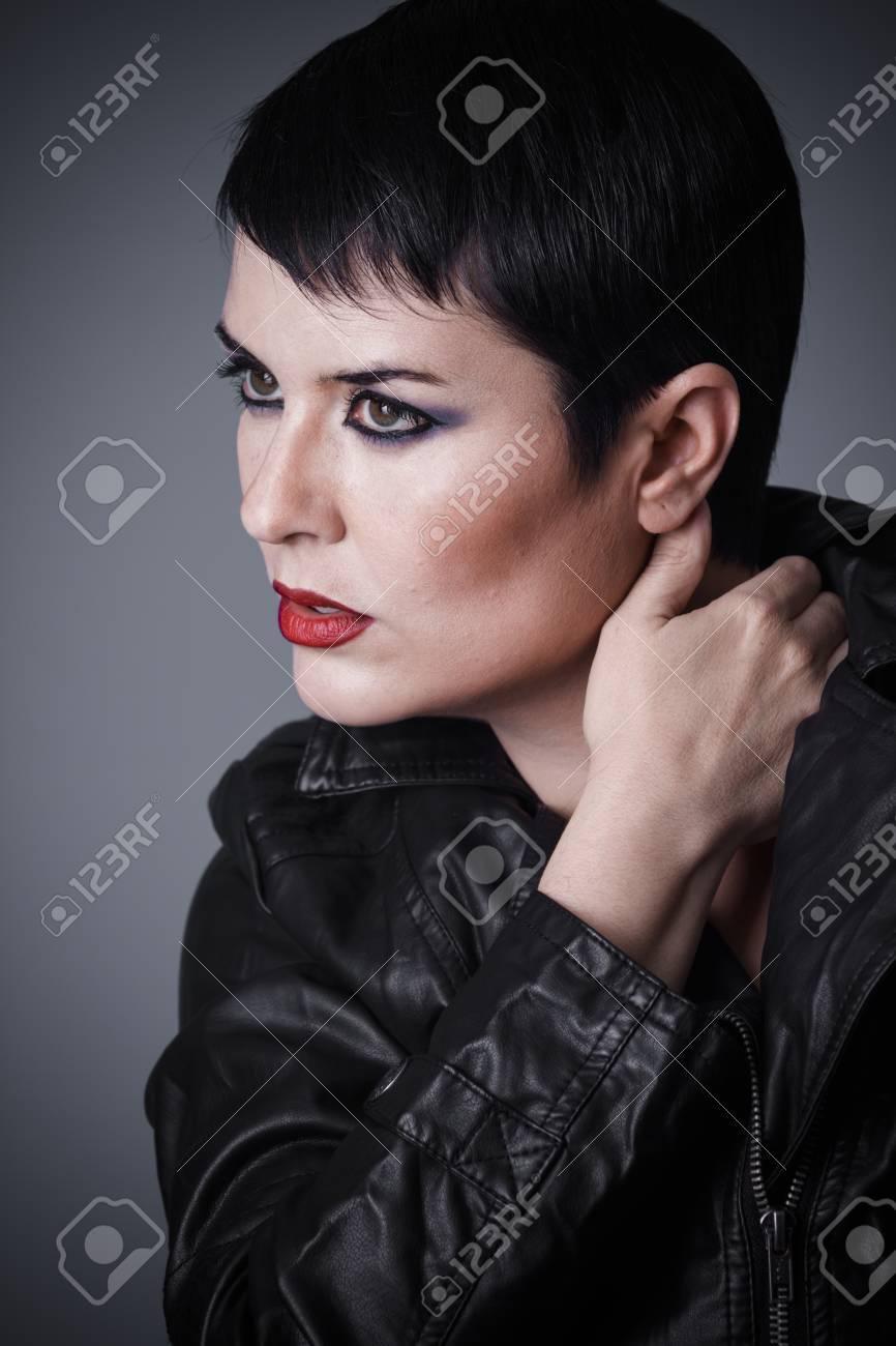 Coupe De Cheveux Femme Brune Vetue D Une Veste En Cuir Aspect Androgyne Beaute Et Cheveux Courts Banque D Images Et Photos Libres De Droits Image 97045200