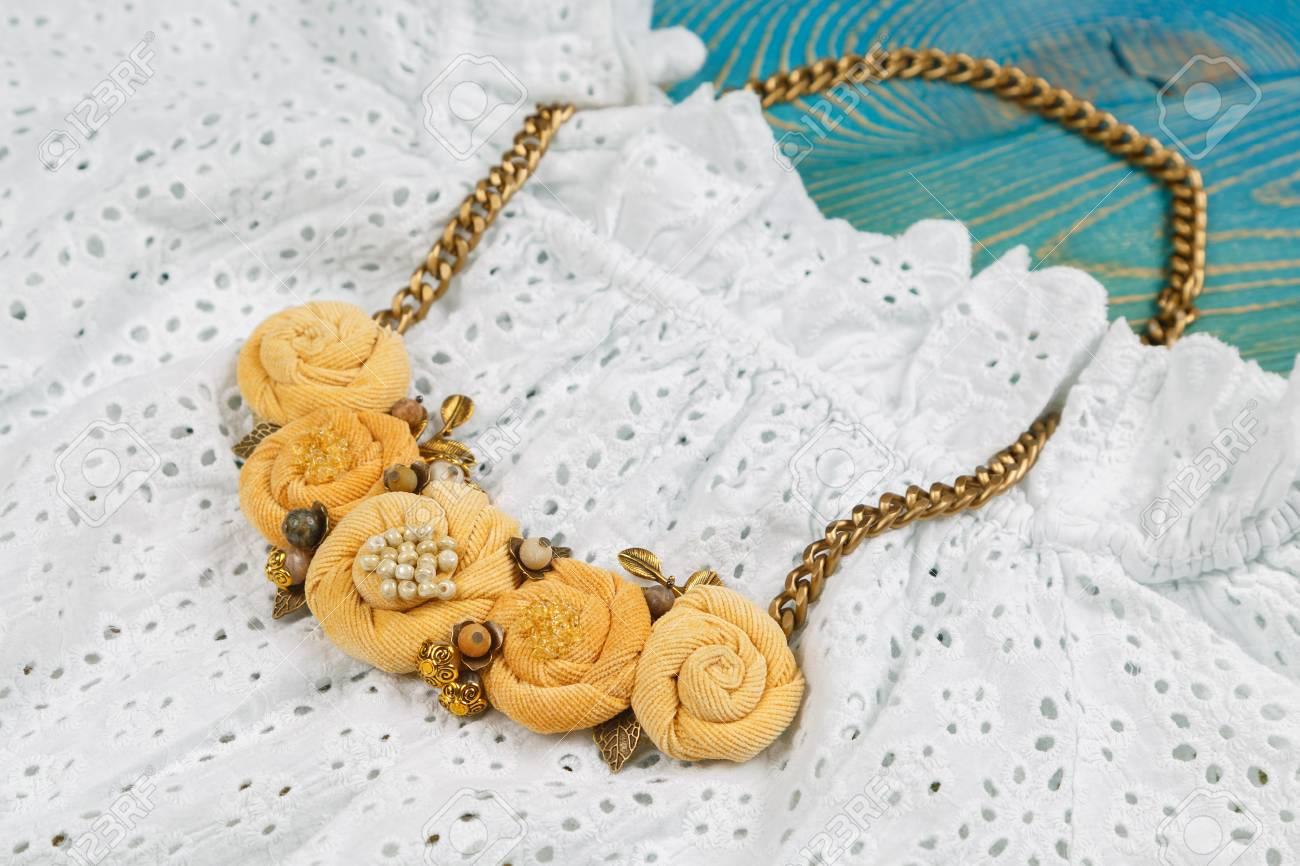 diseño atemporal 3bd9a 4f1fc Collares artesanales de color melocotón en vestido de encaje
