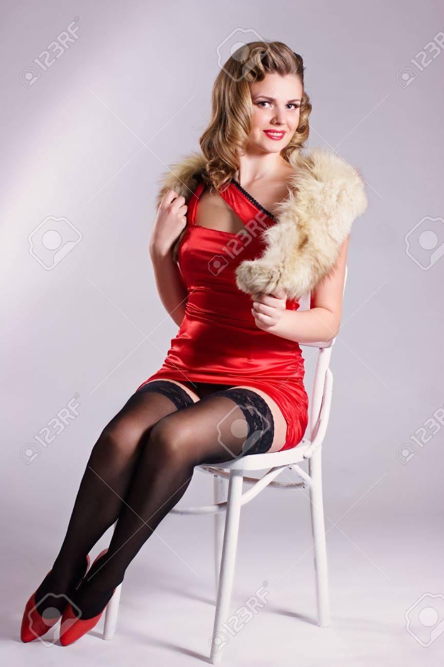Девушка в красном платье и чулках фото 455-144