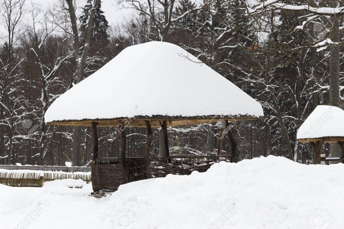 Neige-pergola couverte dans la forêt d\'hiver magnifique