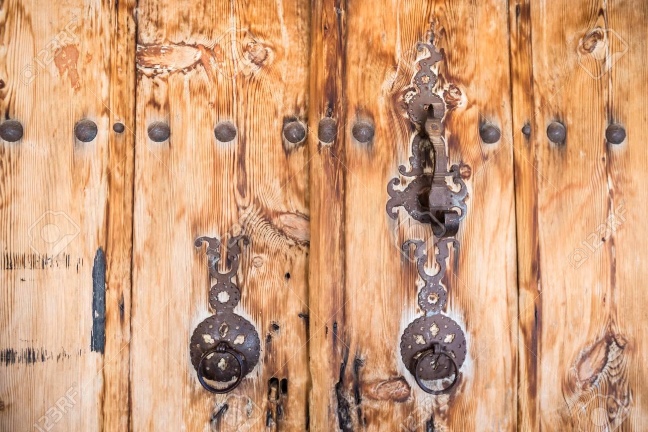 Merveilleux Ancient Wooden Door With Two Traditional Old Rustic Door Knocker Rings In  Kemaliye,Egin,
