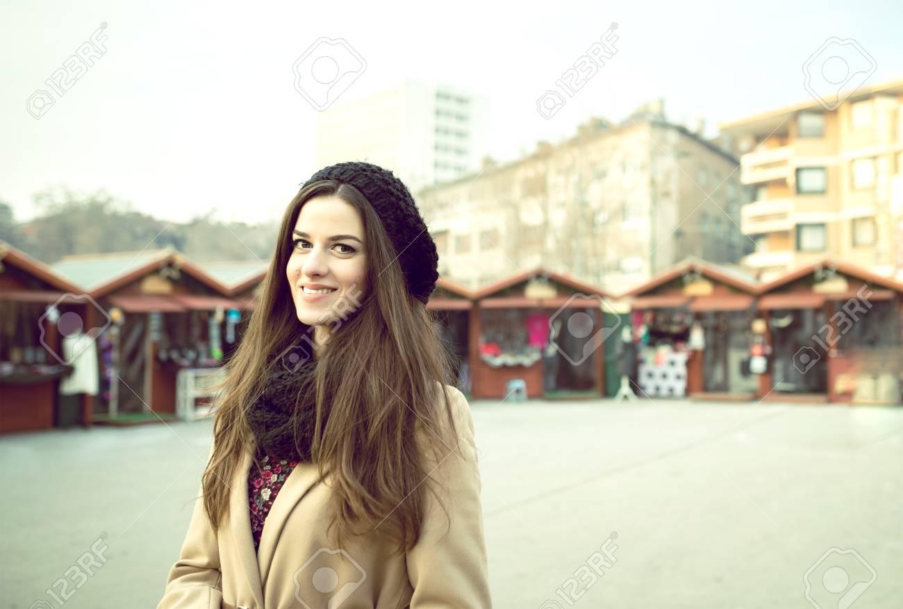 Junge Hübsche Erwachsene Frau Im Urlaub Markt Während Der ...