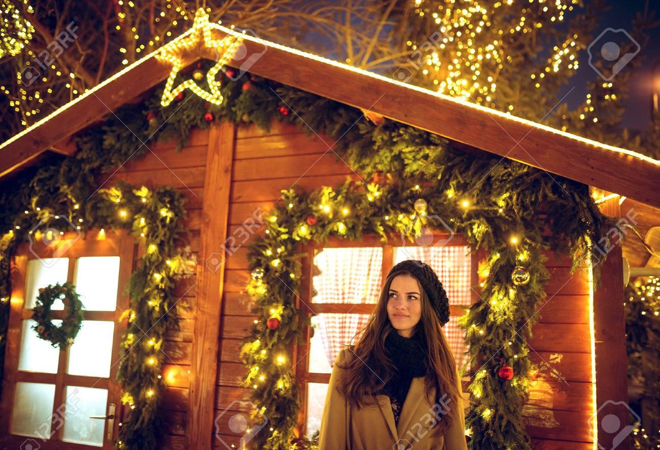 Hübsche Junge Frau Brünette Vor Weihnachtsmann Haus Am Weihnachten ...