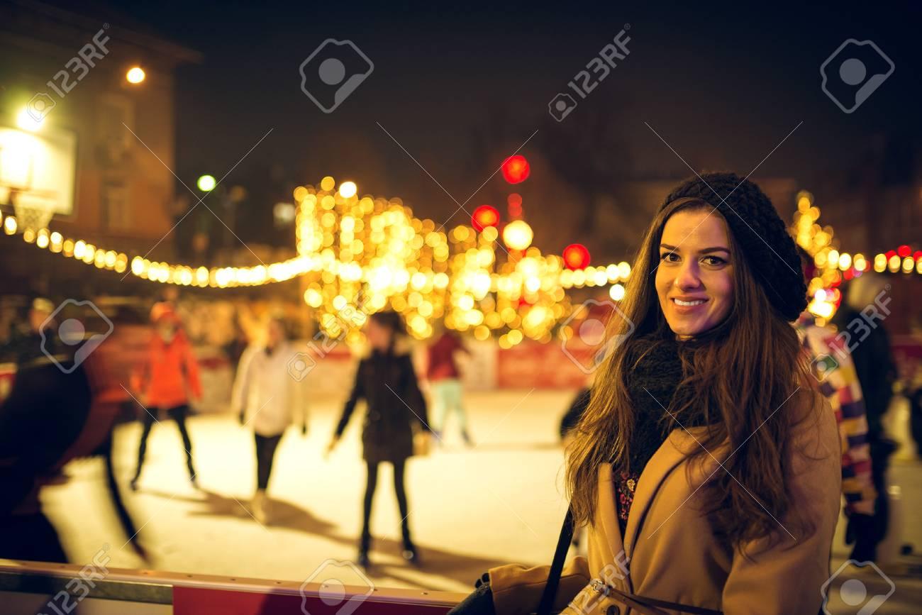 Stilvolle Elegante Junge Frau Glücklich Im Freien Eislaufen Park ...
