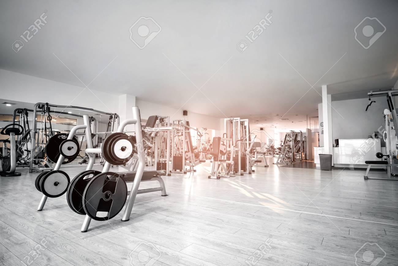 Fitnessraum modern  Geräte Und Maschinen Auf Den Leeren Modern Ausgestatteten ...