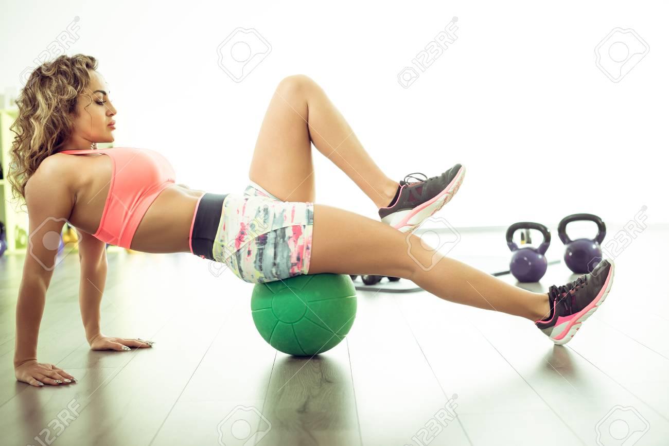 Slim Femme 30 Faire Stretching Exercices A Medecine Ball Dans Clair Centre Fitness Banque D Images Et Photos Libres De Droits Image 76765843