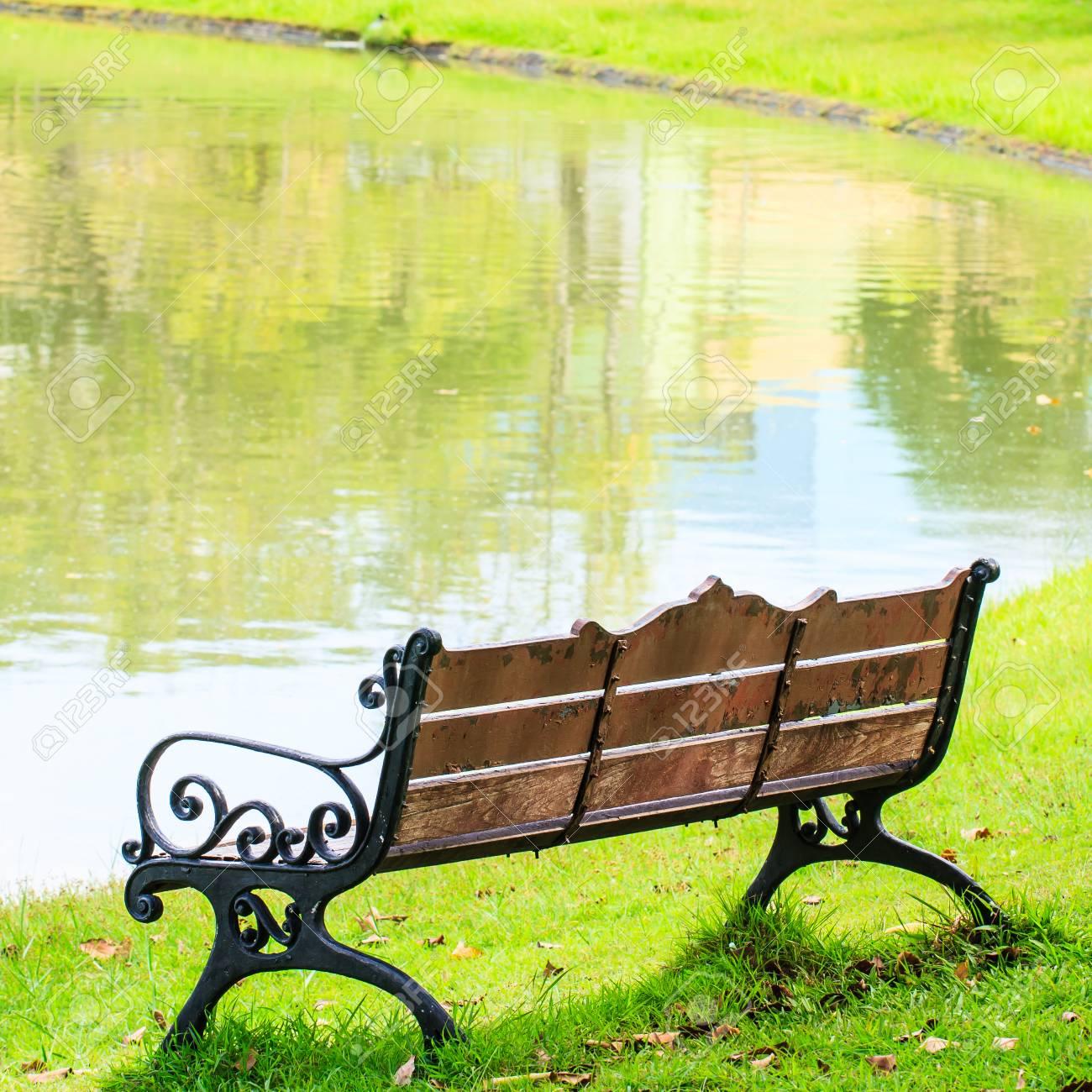 Holzbänke Mit Gussrahmen Im Park, Bangkok Lizenzfreie Fotos, Bilder ...