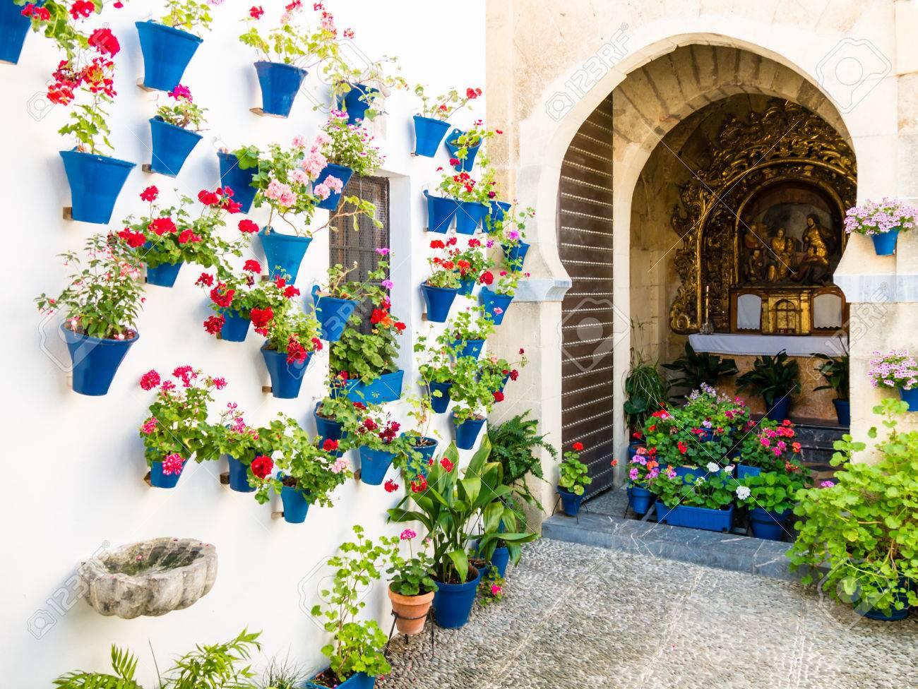 Flores En Maceta En Las Paredes En Las Calles De Cordoba Espana