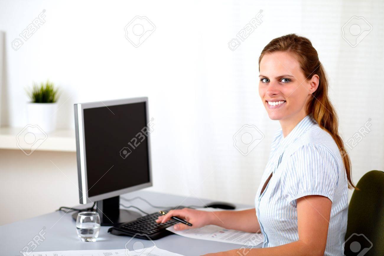 Portrait d une jolie blonde réceptionniste travaillant au bureau