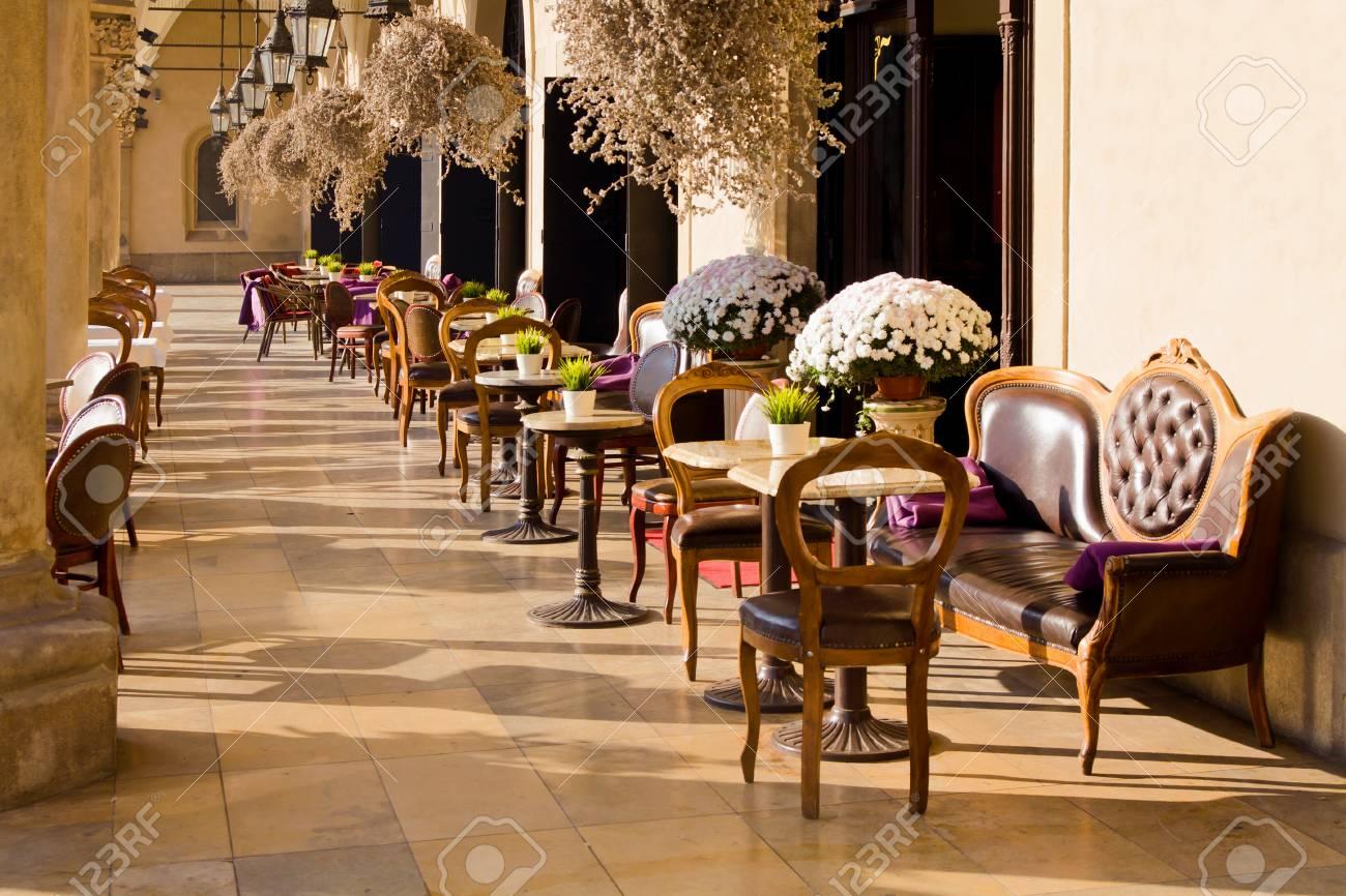 Sedie Depoca : Immagini stock caffè d epoca in cracovia con tavoli e sedie