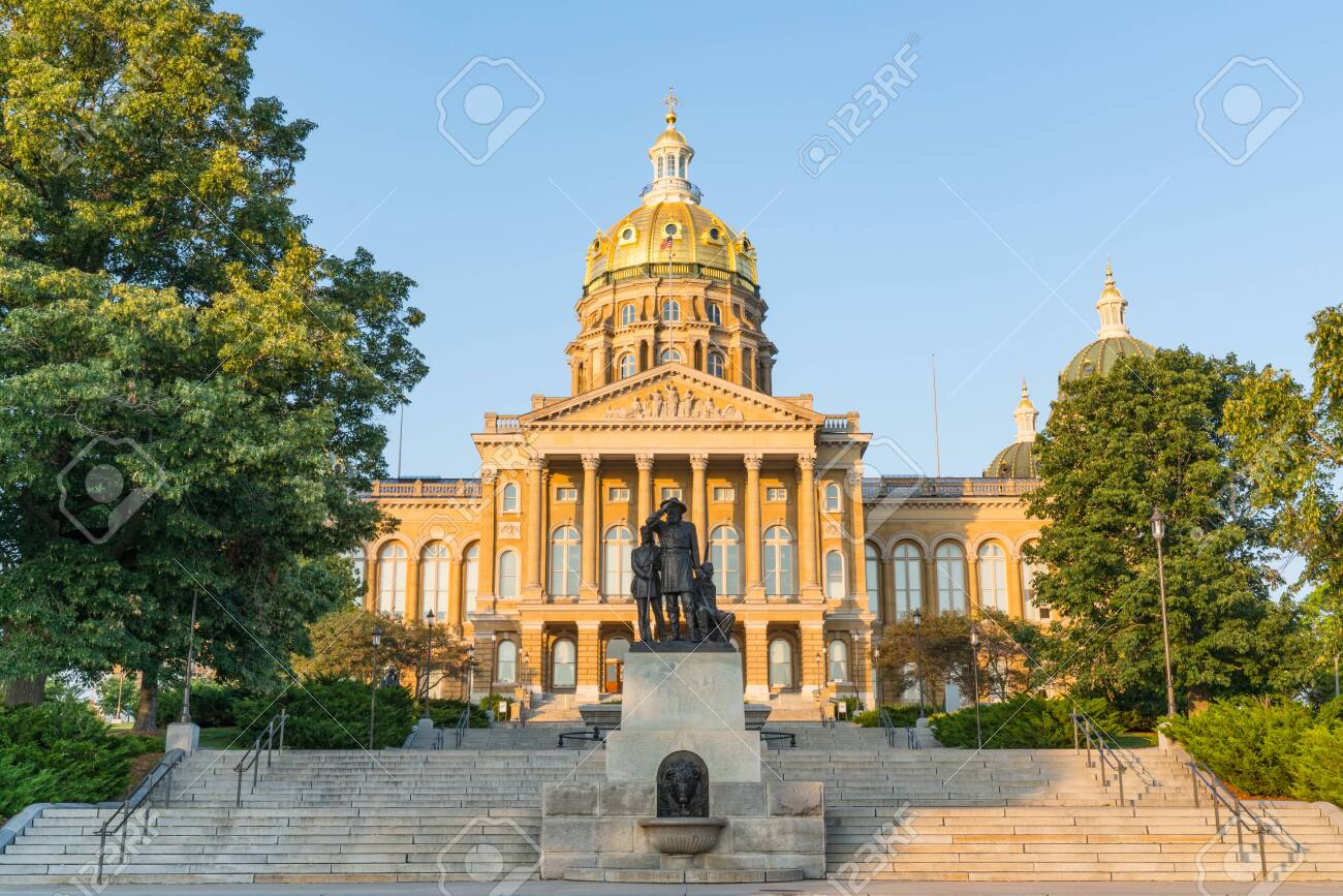 DES MOINES, IA: Facade of the Iowa State Capitol Building in Des Moines, Iowa - 129569002