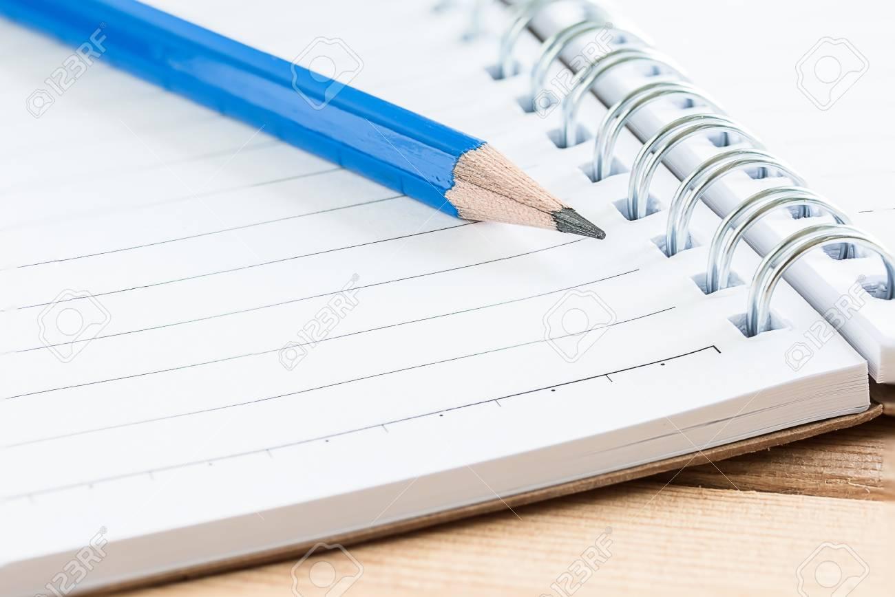 青色の鉛筆とノート