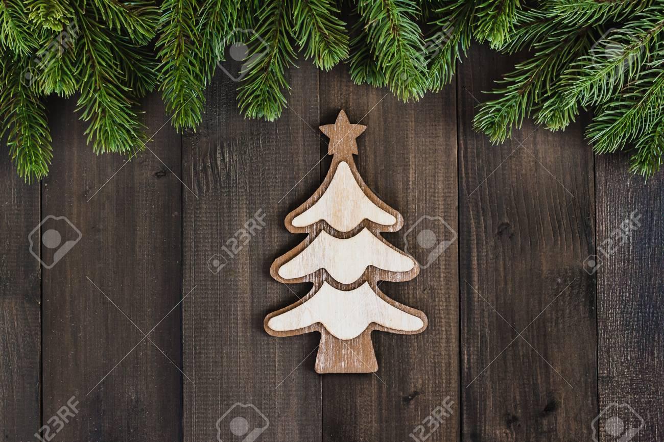 Branche D Arbre Sapin De Noel branches de sapin de noël avec des ornements d'arbre de noël sur fond en  bois rustique foncé avec espace de copie pour le texte