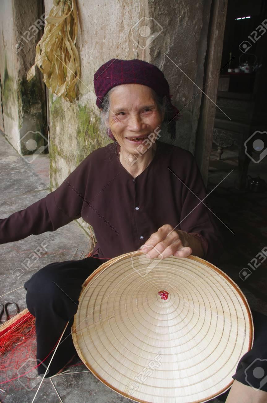 La DANS MON fils chapeaux coniques des feuilles de palmier est »pas - 10946555