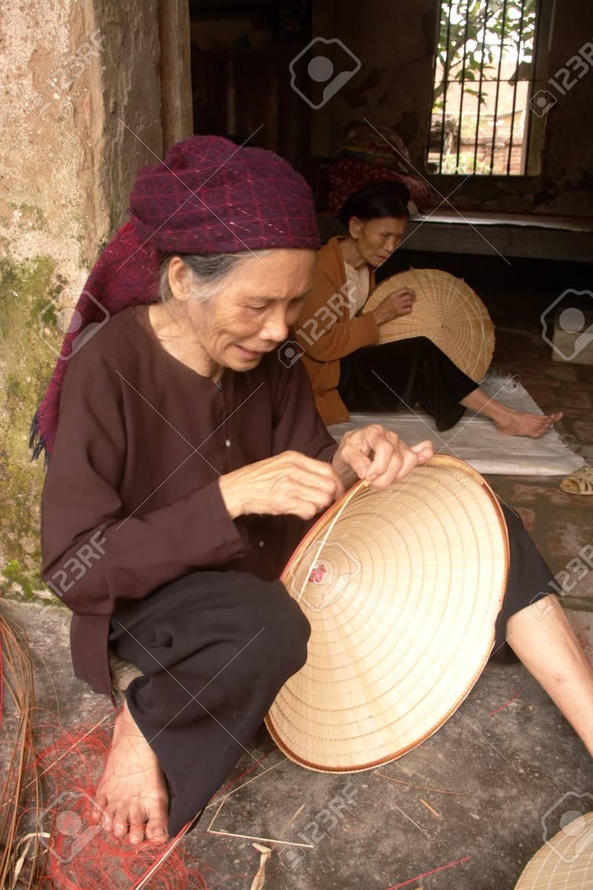 Grand-activity des mères cousant chapeaux coniques - 10946556