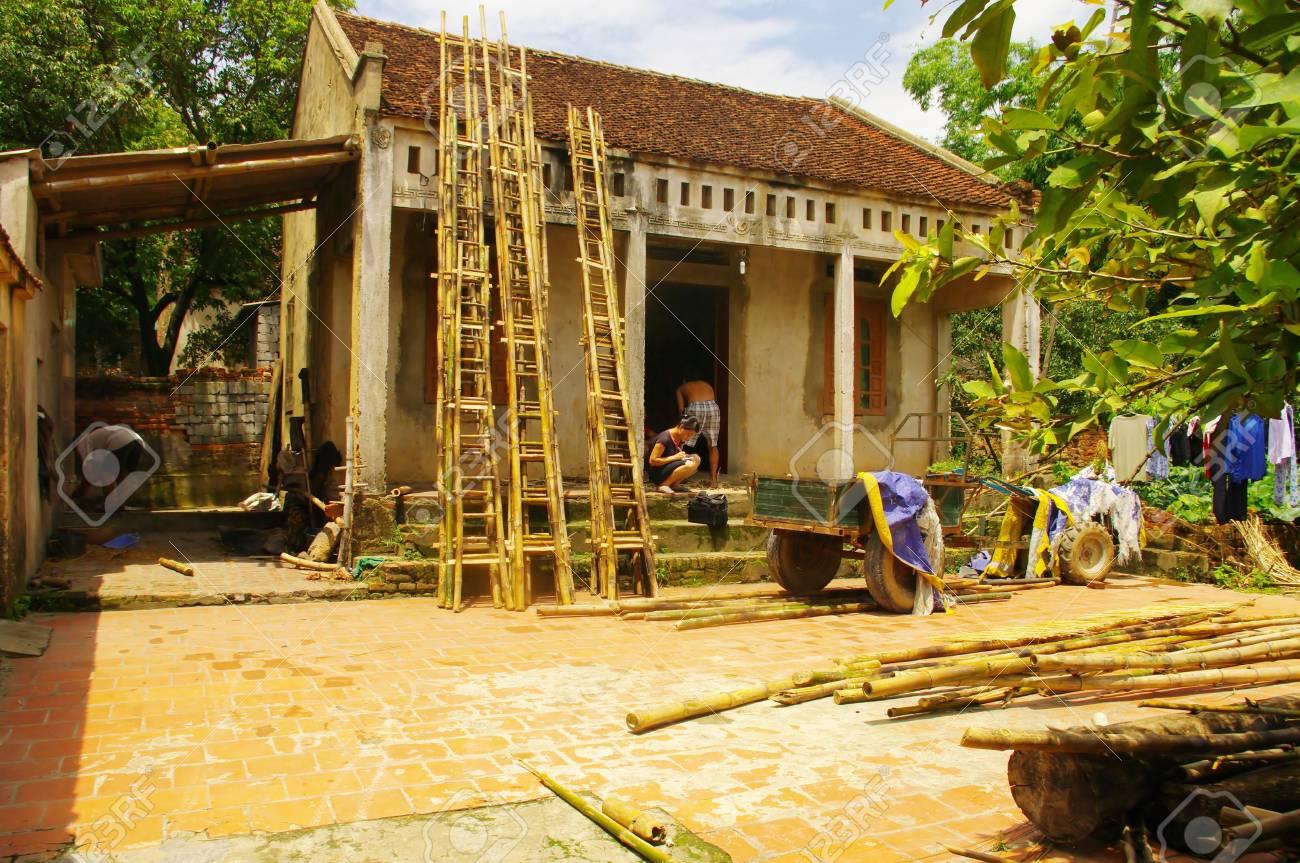 casa campesina vietnamita tpica aqu tambin fabrica escaleras de bamb foto de archivo