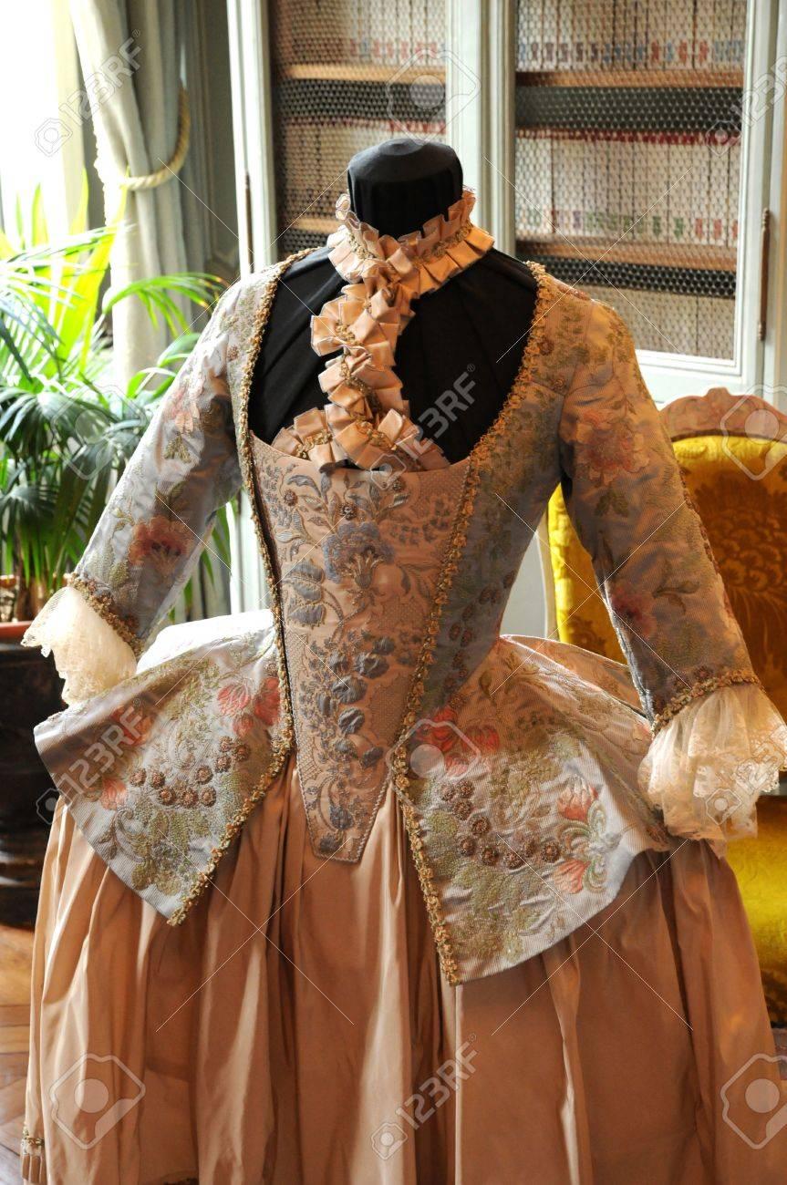 Francia, el vestido del siglo XVIII en el castillo de Villarceaux Foto de archivo - 15700028