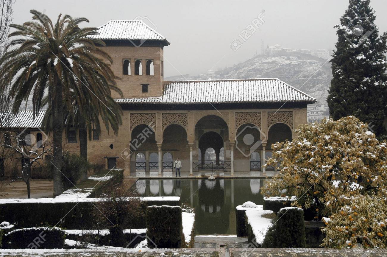 Vision De Alhambra Avec De La Neige A Grenade Banque D Images Et Photos Libres De Droits Image 4319163