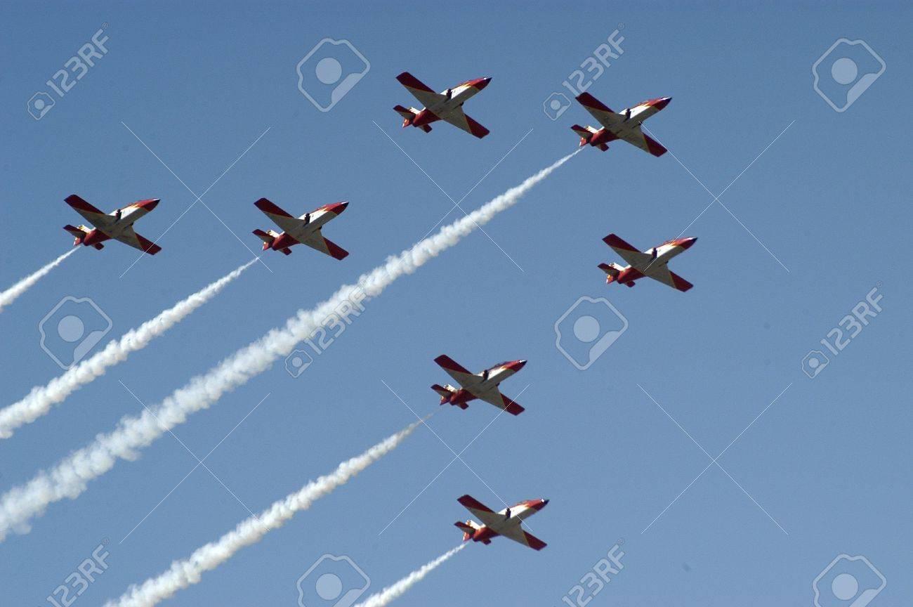Patrulla Águila de acrobacia aérea, la base aérea de armilla en la provincia de granada Foto de archivo - 9672489