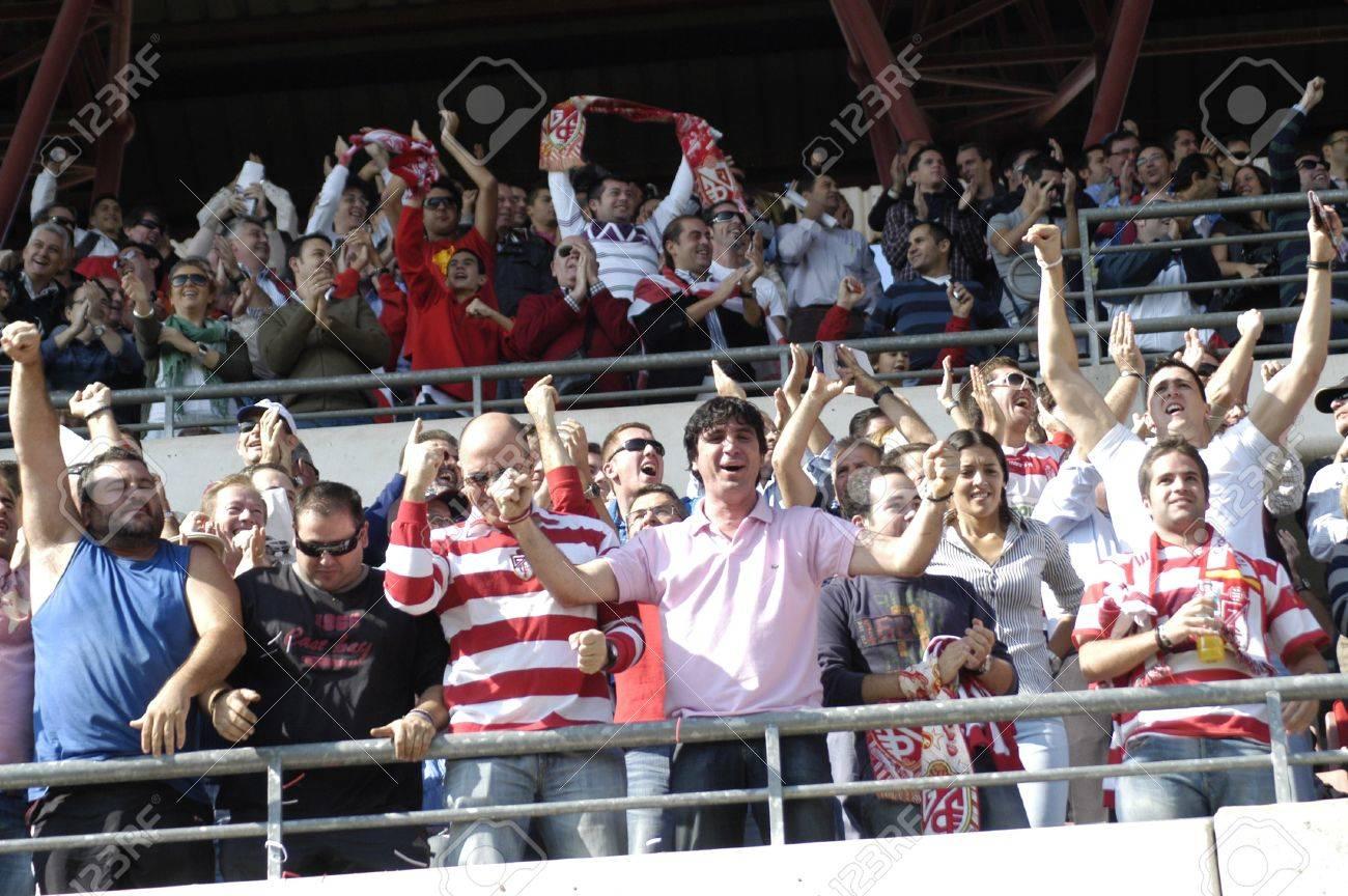 aficionados al fútbol en el estadio granada cármenes 05/09/2010 Foto de archivo - 9690694