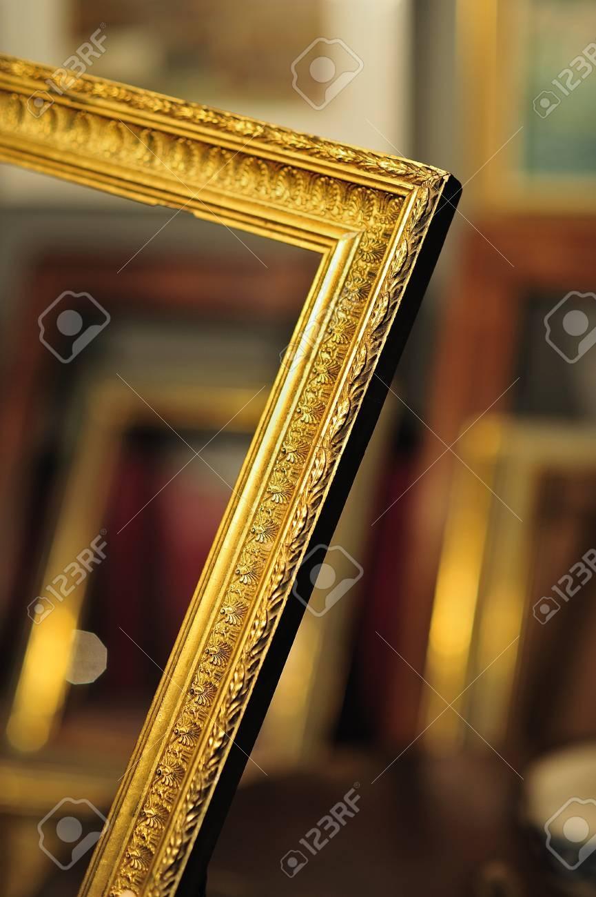 Hermoso Marco Oro Antiguo En Una Tienda De Antigüedades Con Marcos ...