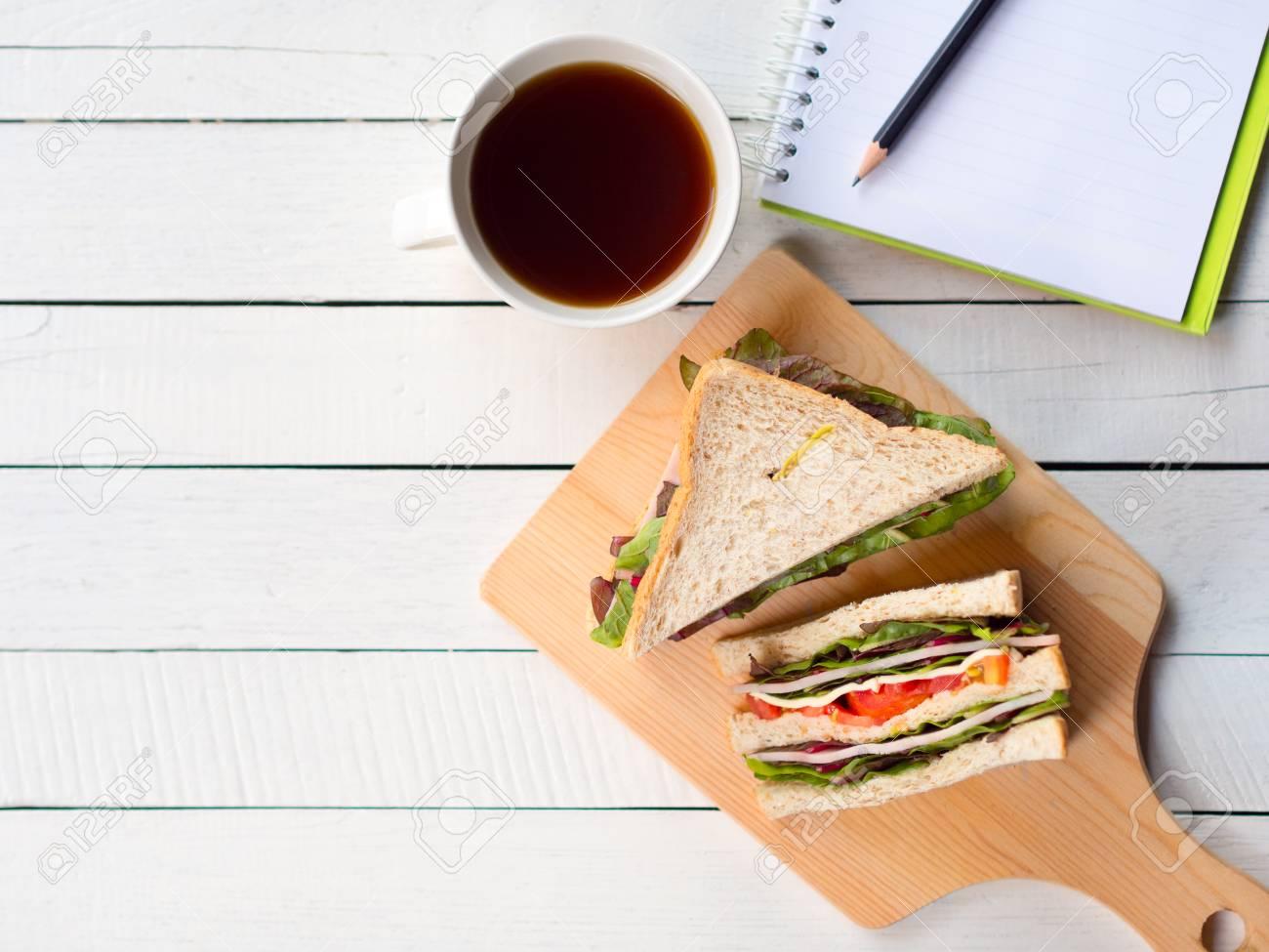 Sandwich au jambon fait maison et tasse à café pour le petit