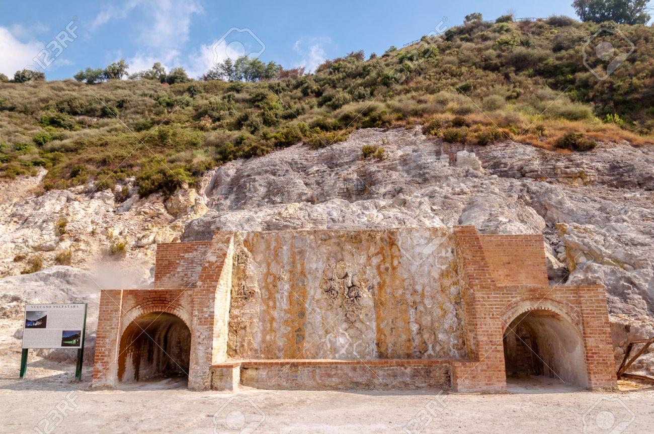 Dampf-Öfen Im Inneren Aktive Vulkan Solfatara Di Pozzuoli In Der ...