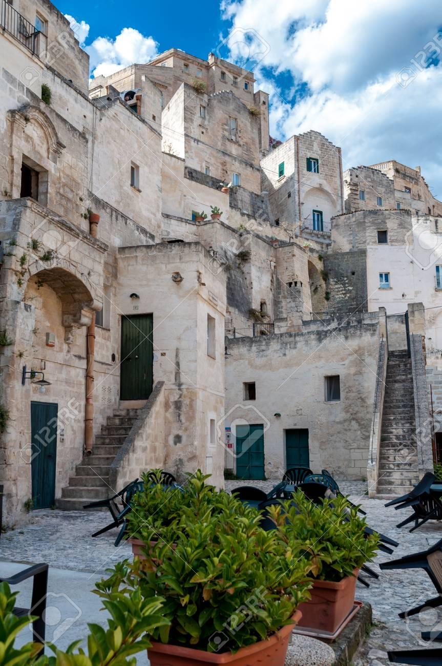 マテーラの古代の街・ ディ ・ マテーラのサッシで建物のマテーラ, イタリア,2014 年 9 月 15 日 ストリート  ビュー。市はユネスコ世界遺産と文化のヨーロッパの首都 2019 です。