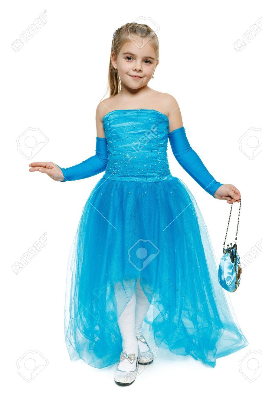 Niña De 6 Años De Edad Con Un Vestido Azul Bola En Longitud Completa Haciendo Reverencia Sobre Fondo Blanco