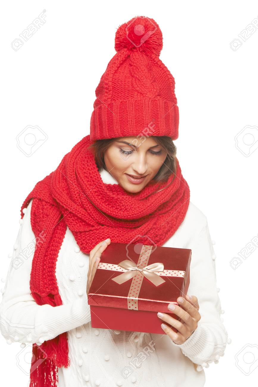 Weihnachtsgeschenk. Lächelnd Schöne Frau Im Winter Rote Mütze Und ...