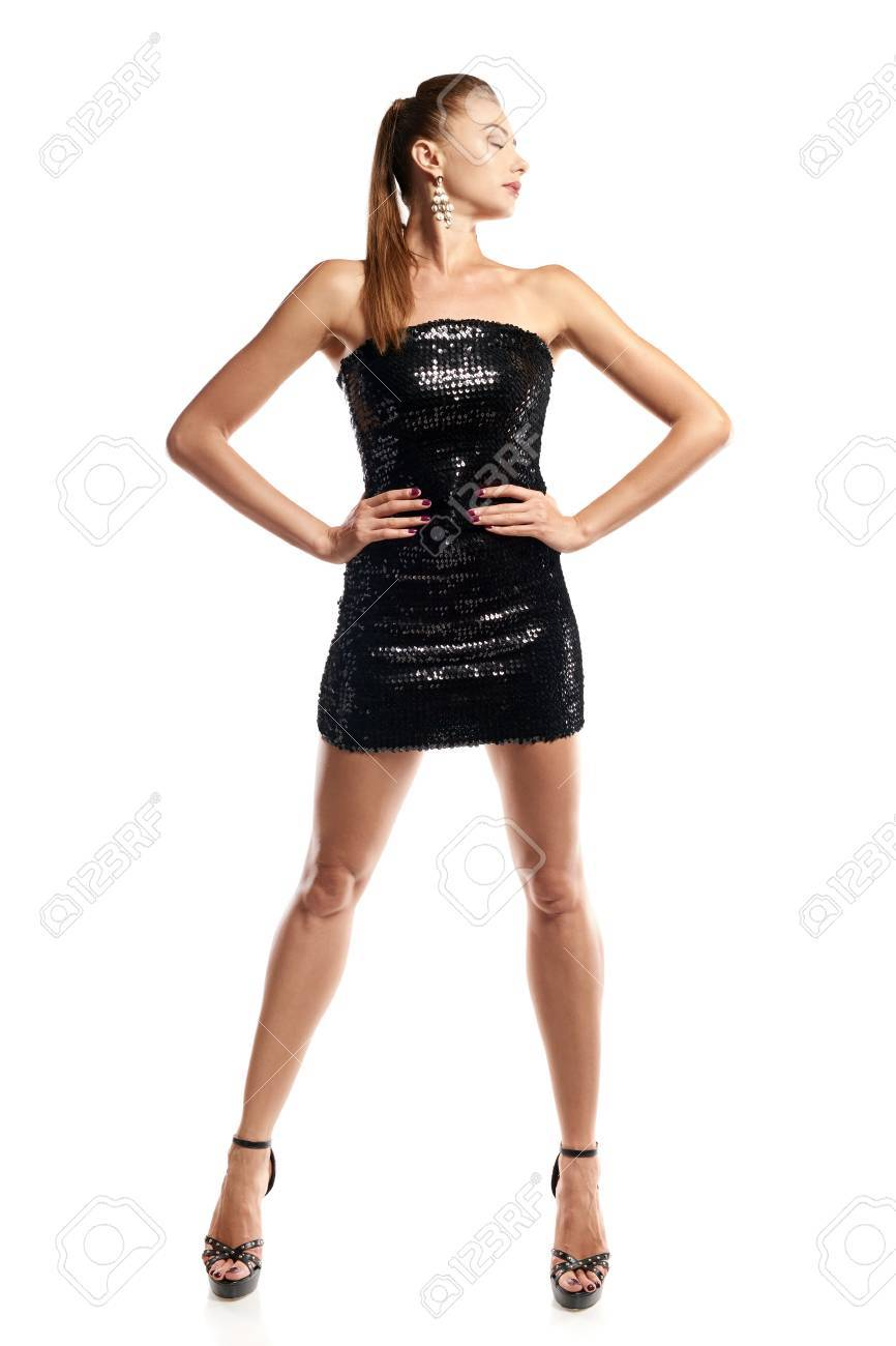 Retrato De Cuerpo Entero De La Mujer Magnífica Joven En Mini Vestido De Lentejuelas Negro