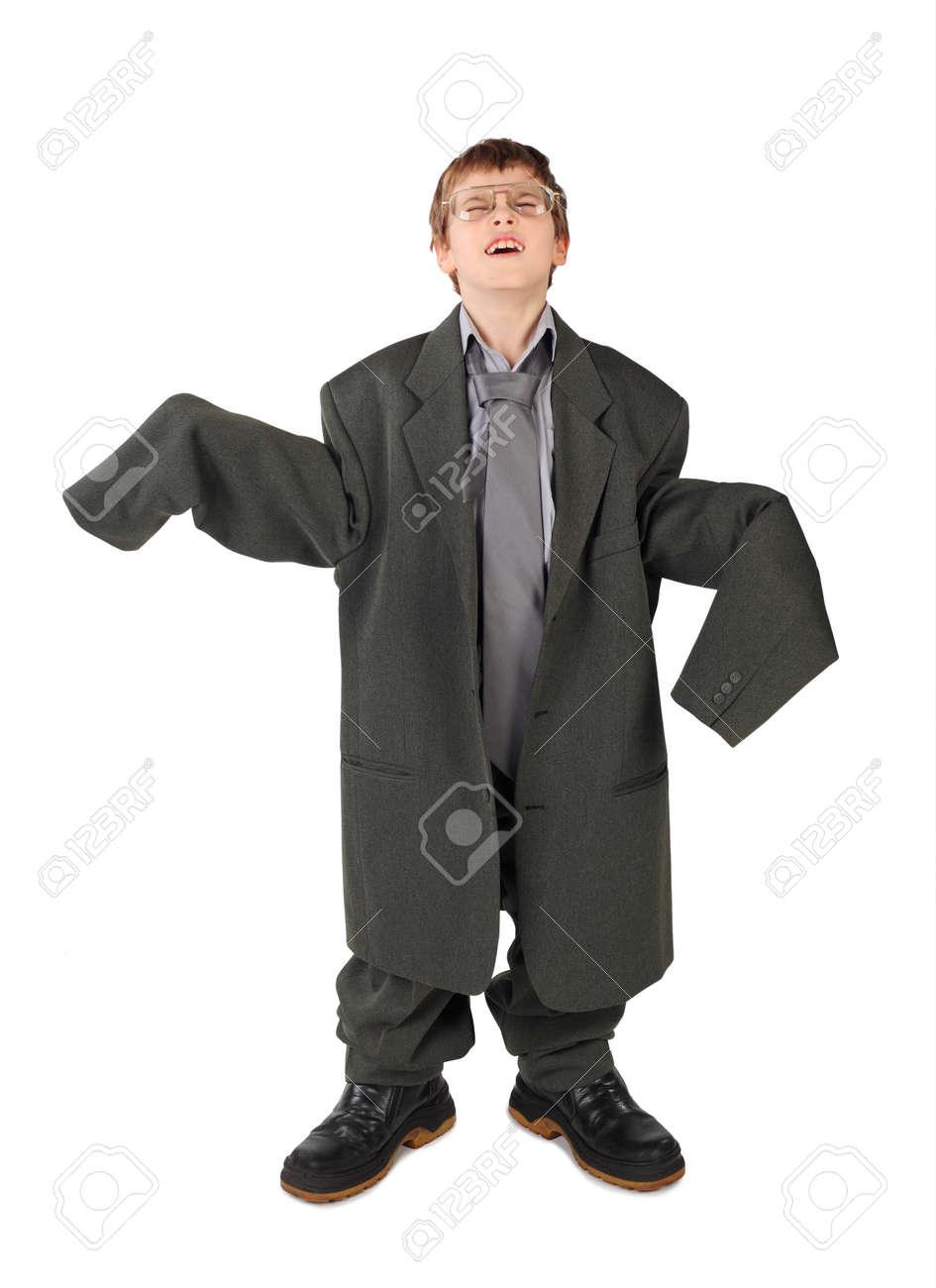 fbc49d15562 Foto de archivo - Niño pequeño en traje de hombre gris grande, las botas y  el piso gafas aislados en fondo blanco