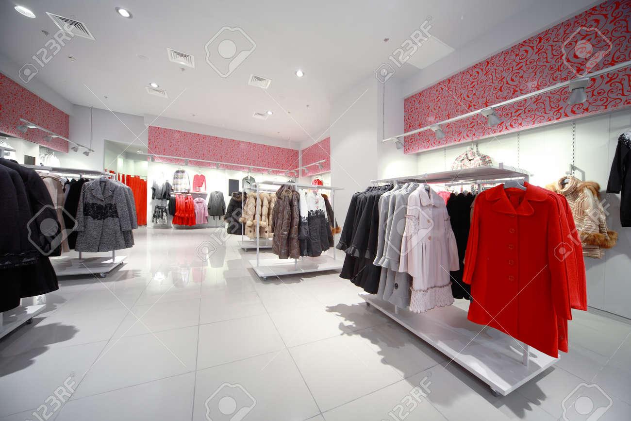 Boutique en ligne 34561 d8317 Dentro de la tienda, gris-rojo salón con colgar prendas de abrigo - Abrigos  y chaquetas