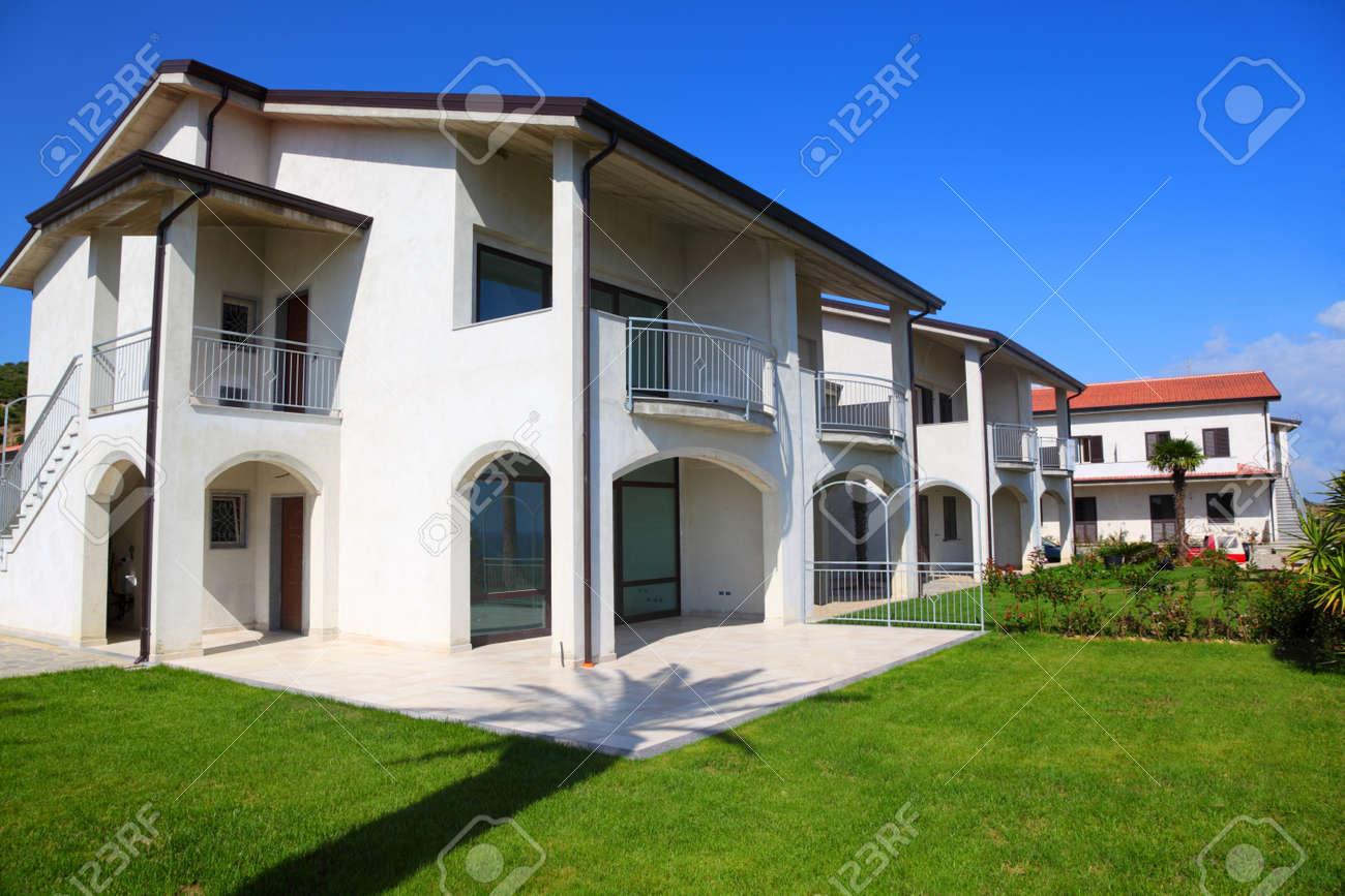 Fachada De La Nueva Blanco De Dos Pisos Con Jardín Terraza Y Escaleras