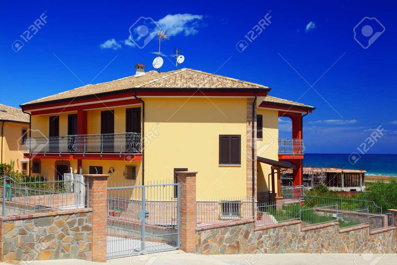 Cercado Amarilla De Dos Pisos Casa De Campo Con Jardín Terraza Snd En La Costa