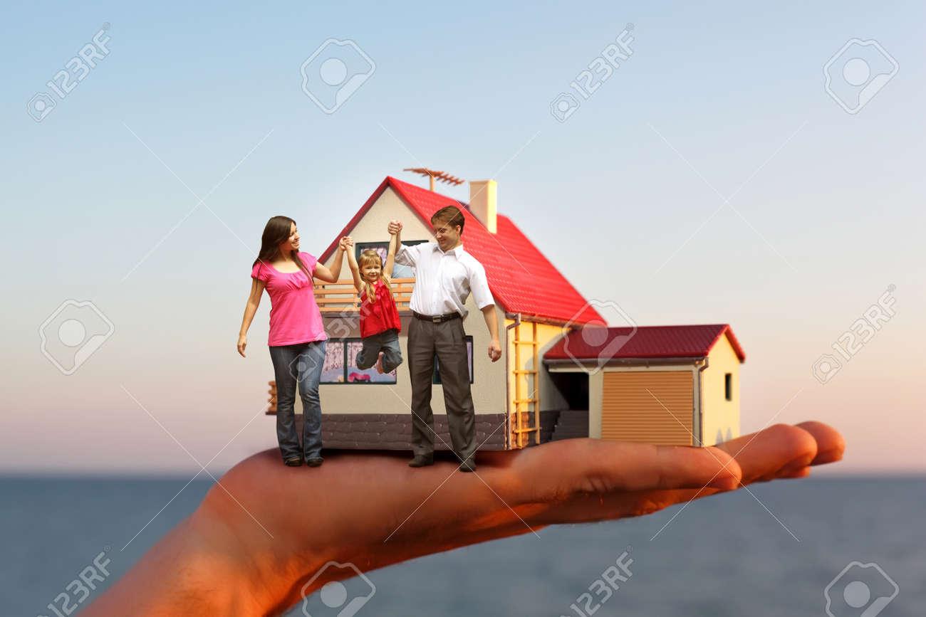 modèle de maison avec garage sur la main contre la mer et de la