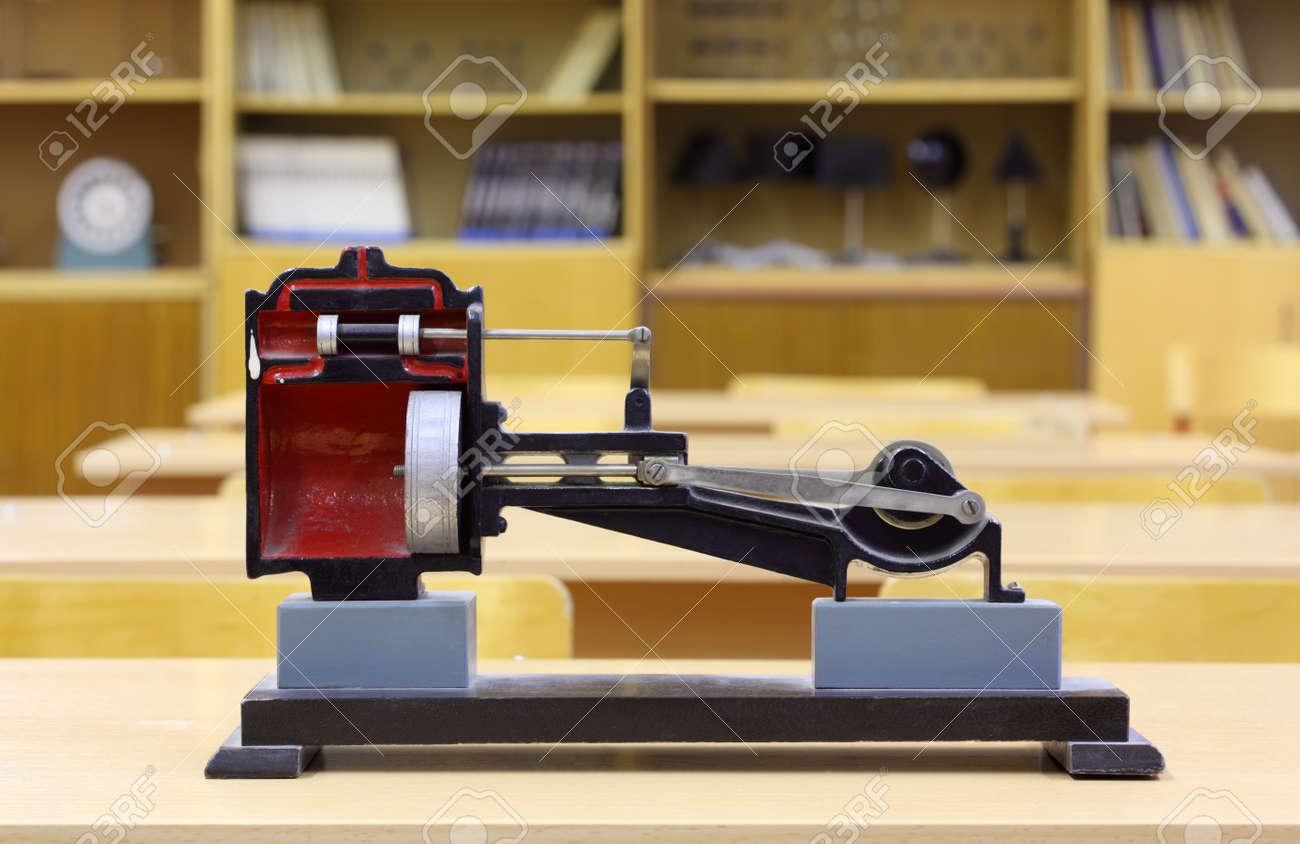 Modèle de machine à vapeur sur le bureau jaune en classe de