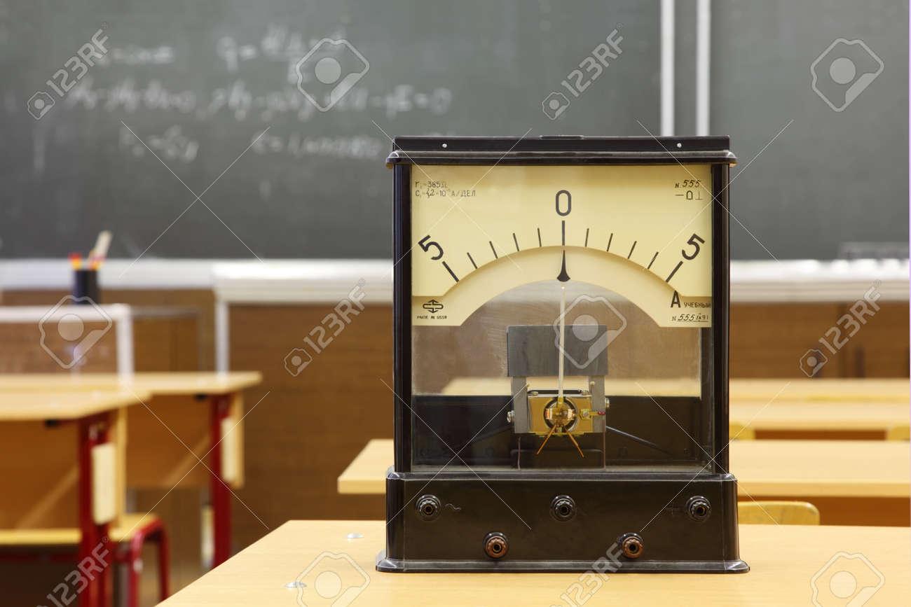 Galvanomètre éducatif avec pas nombre réel le bureau jaune en