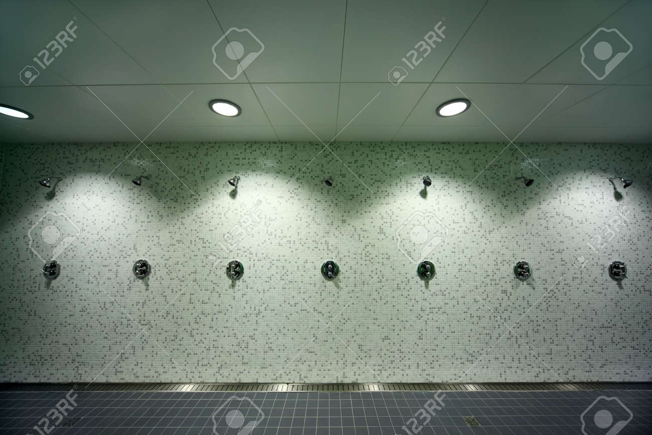 Fußboden Fliesen Dusche ~ Große helle leere öffentliche dusche grüne fliesen an den wänden