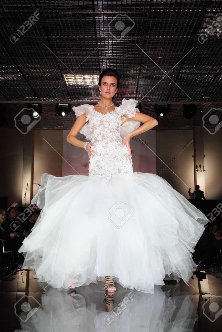 MOSKAU - 14. FEBRUAR: Schönes Modell Verschleiß Hochzeitskleid Geht ...