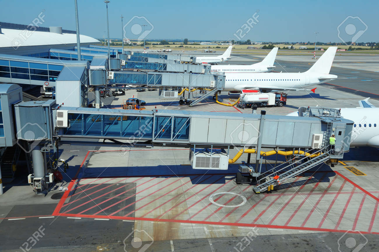 Aeroporto Waw : Few airliners parked at airport. boarding passengers. service
