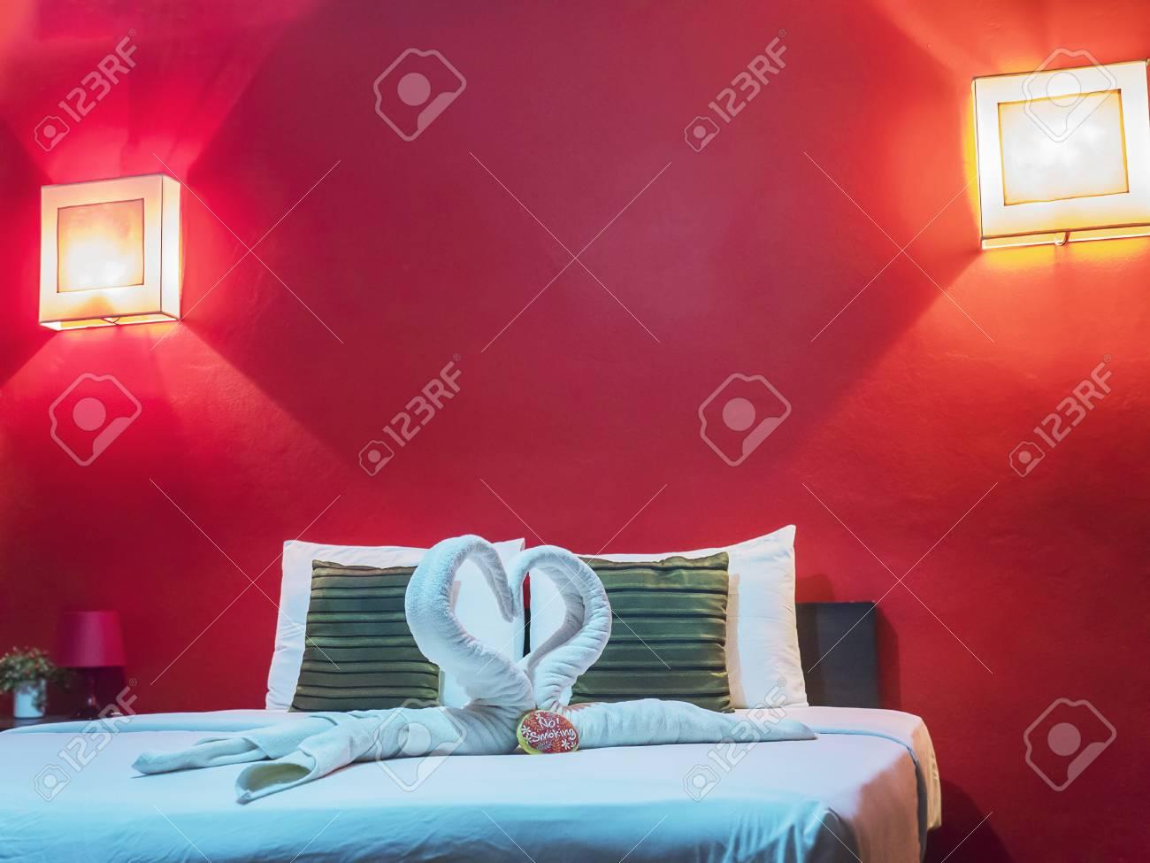 Stanze Da Letto Rosse : Immagini stock camera da letto coppia rossa image 91865962.