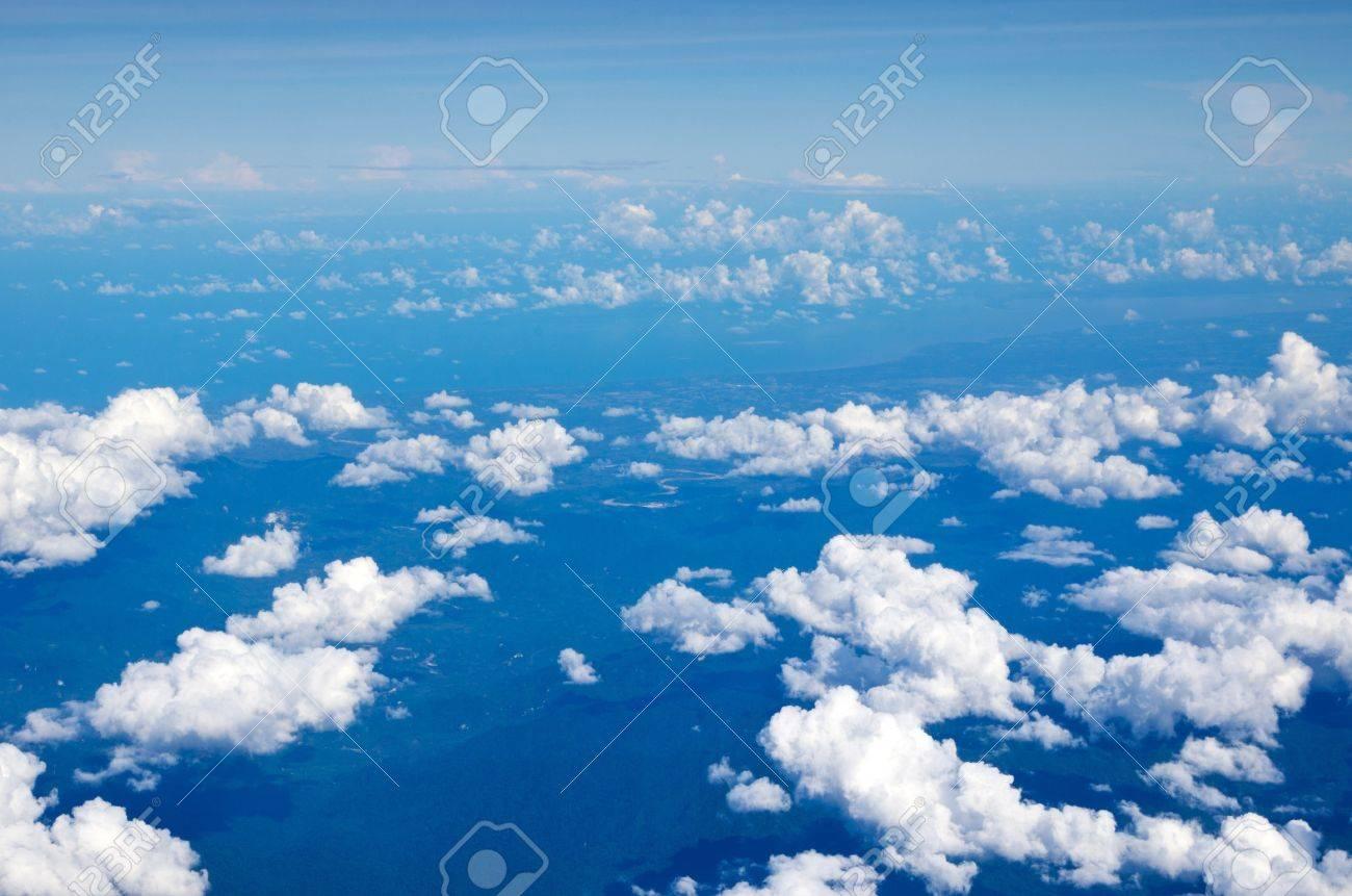 空中の空と雲の背景 ロイヤリテ...