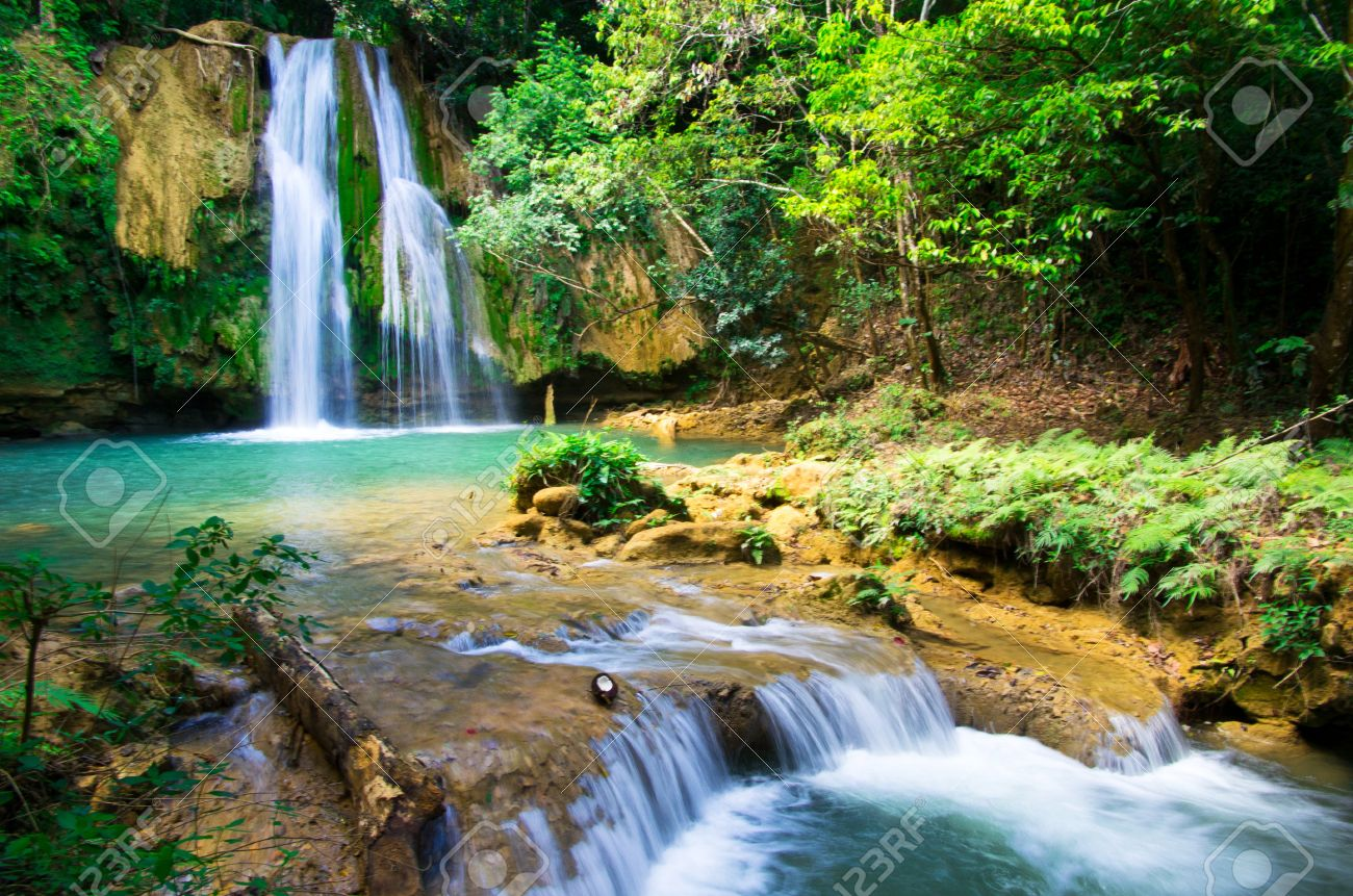 waterfall in deep green forest Stock Photo - 18298996