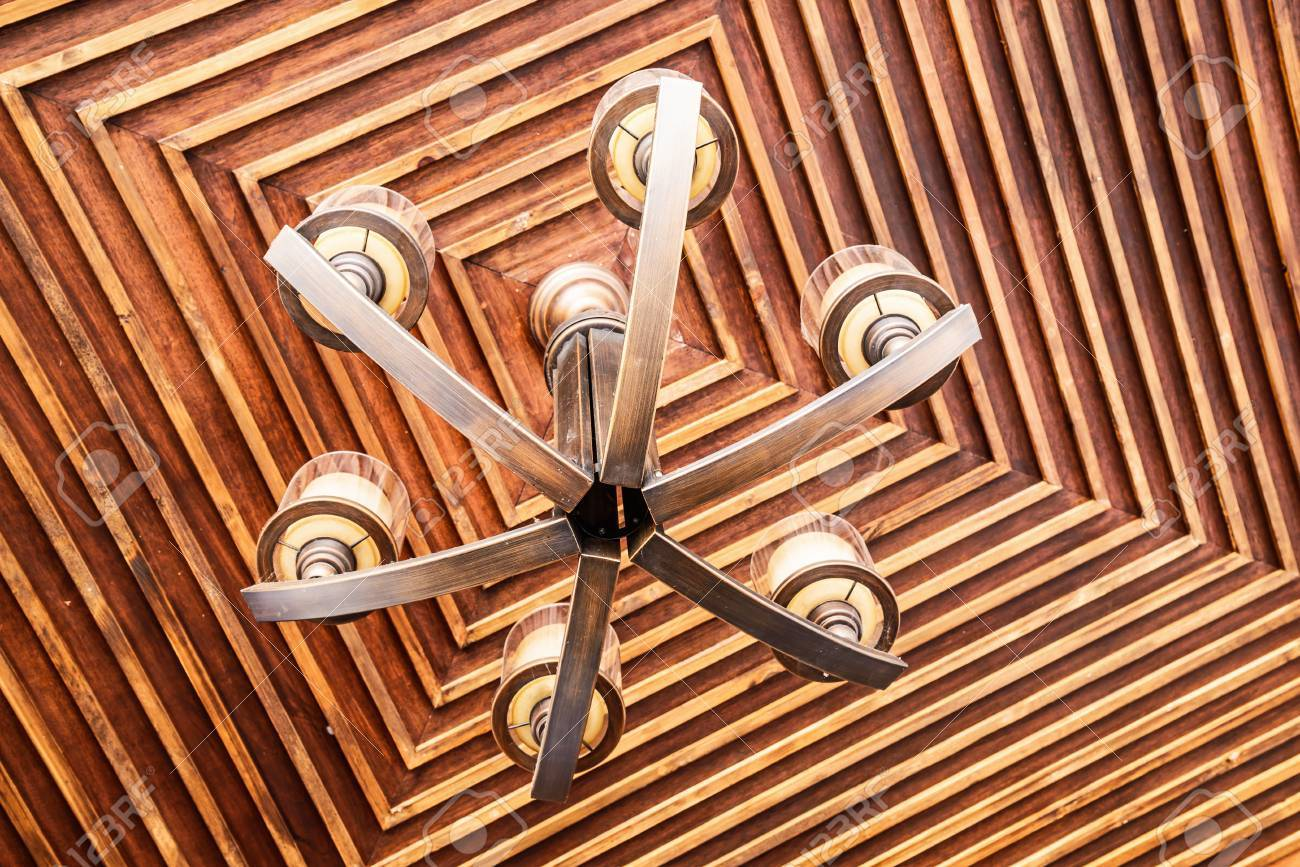Lampadario Antico In Legno : Lampadario antico sul soffitto in legno foto royalty free immagini