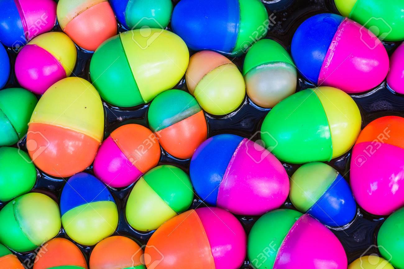 Coloridos Huevos De Plástico Juguetes Que Flotan En El Agua De Fondo Fotos Retratos Imágenes Y Fotografía De Archivo Libres De Derecho Image 37213683