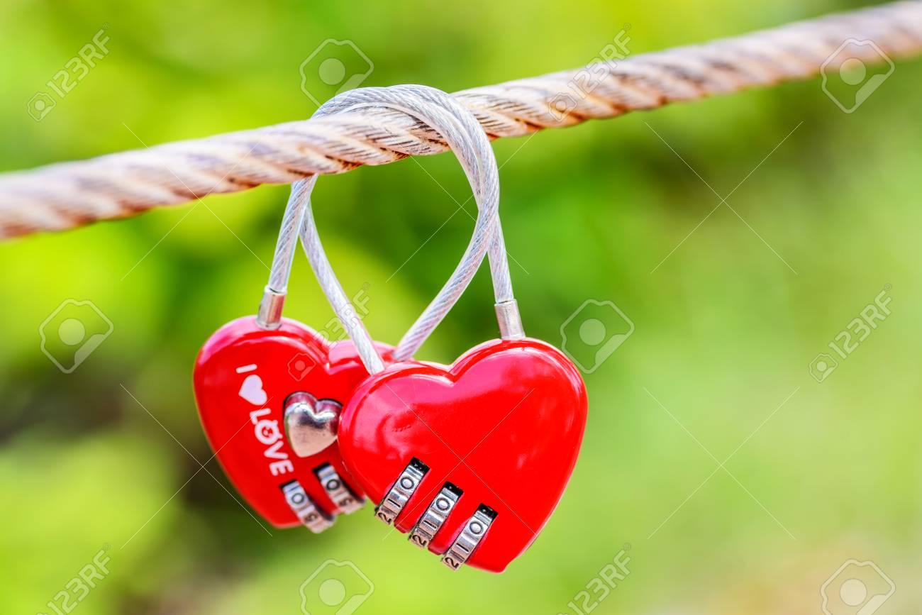 Deux En Forme De Coeur Amour Cadenas Sur Le Pont Comme Un Symbole De L Amour éternel Et L Amour Sans Fin